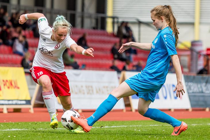 Ella Gerbode ist vor Bremerhavens Ellen Hartwich am Ball.