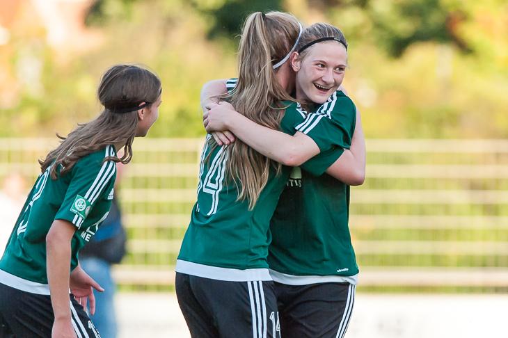 Lea Volkmer (l.) brachte den SC WEyhe mit ihrem Treffer auf die Siegerstraße. (Foto: Oliver Baumgart)