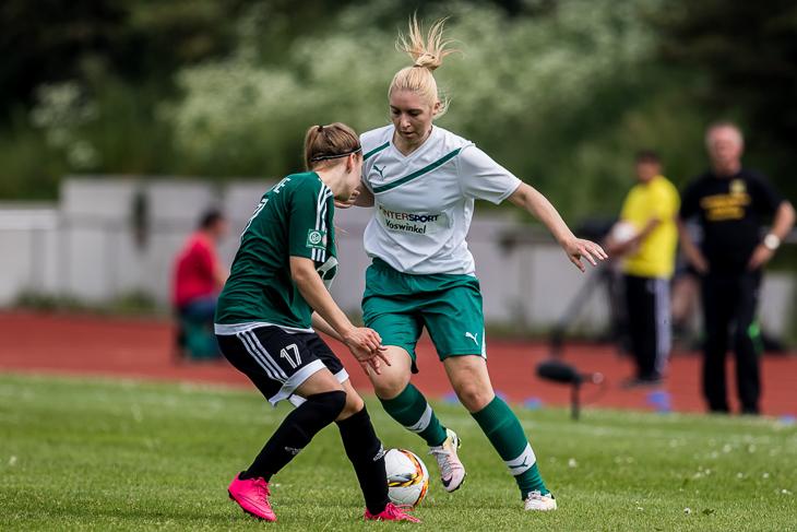 Joana Schierenbeck (l.) versucht, Horns Julia Claassen zu stoppen.