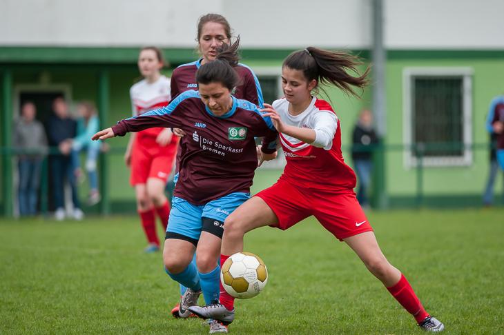 Blumenthals Esra Girit (l.) und Melissa Guico Sampang vom OSC Bremerhaven kämpfen um den Ball. (Fotos: Oliver Baumgart)
