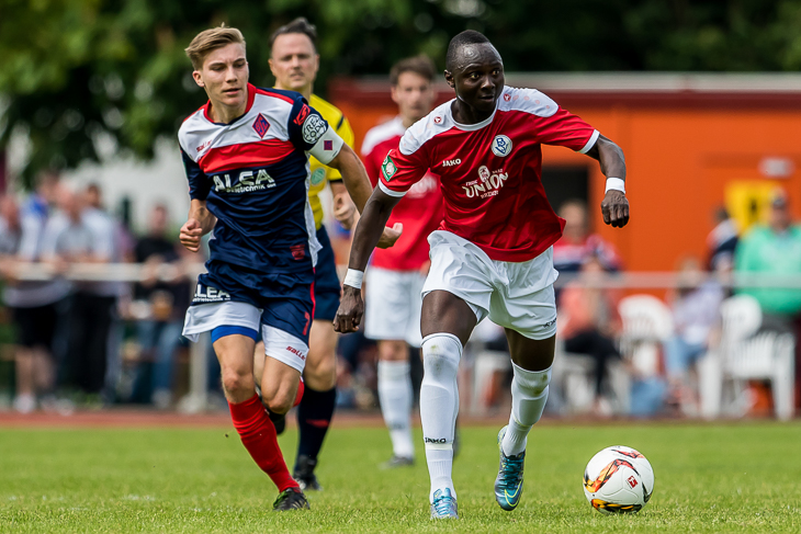 Vafing Jabateh, hier im Laufduell mit Blumenthals Malte Tietze (l.) avancierte mit seinen beiden Treffern zum Matchwinner für den Bremer SV.