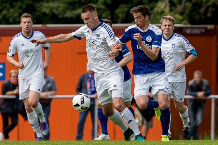 Jan-Niklas Kersten (l.), hier im Duell mit Frithjof Rathjen, hatte die beste Chance für die Leher TS in der regulären Spielzeit.