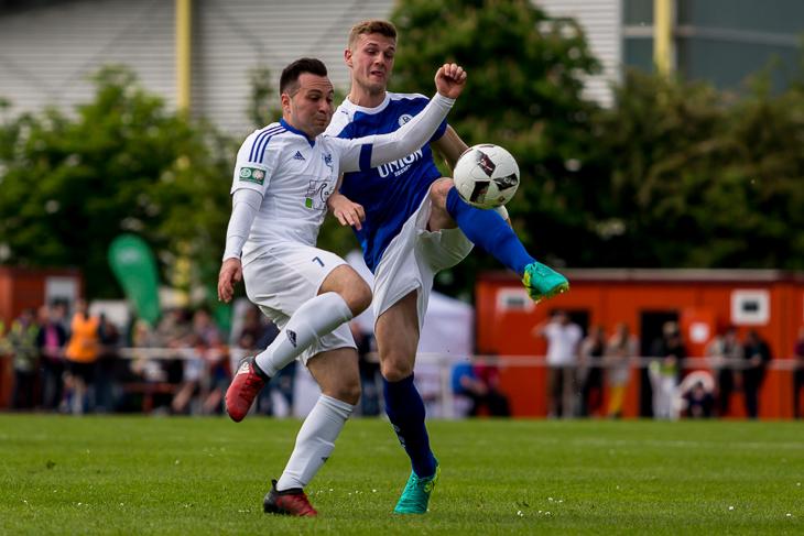 Julian Bünting (l.) mit vollem Einsatz gegen Tim Rieckhof.