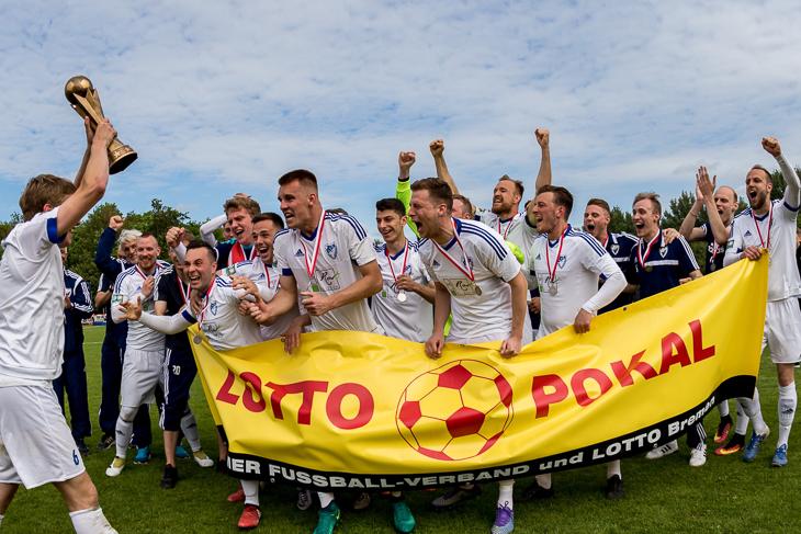 Da ist das Ding! LTS-Kapitän Stephen Zander (l.) präsentiert seinem Team den LOTTO-Pokal.