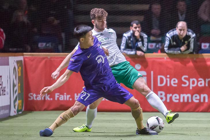 Brinkums Ali Ibrahimi (l.) und Vegesacks Elias Steege mussten beide nach der Vorrunde die Segel streichen.