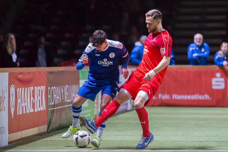 Onur Uzun (l.), hier im Duell mit Blumenthals Vinzenz van Koll, spielte mit dem Bremer SV eine souveräne Vorrunde.