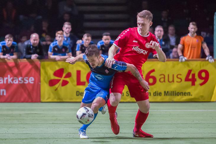 Spielszene aus dem Finale: Tim Pendzich vom Blumenthaler SV (l.) im Zweikampf mit Timo Dressler vom FC Oberneuland.