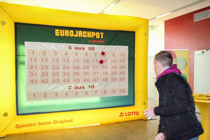 Lottoschein ausfüllen einmal anders. LOTTO Bremen hatte ein spannendes Wurfspiel dabei. (Foto: Ralf Krönke)