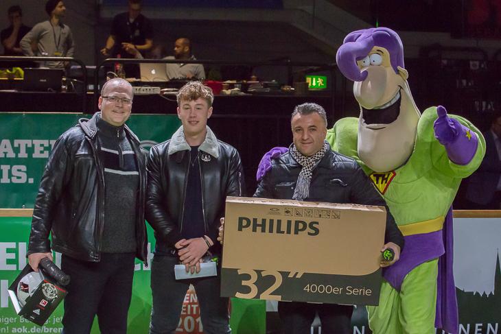Die Gewinner des Türenheld-Torwandschiessens mit dem Türenheld.de-Maskottchen: Marlon Küsel, Simon von Hallen und Cindi Tuncel (v.l.).