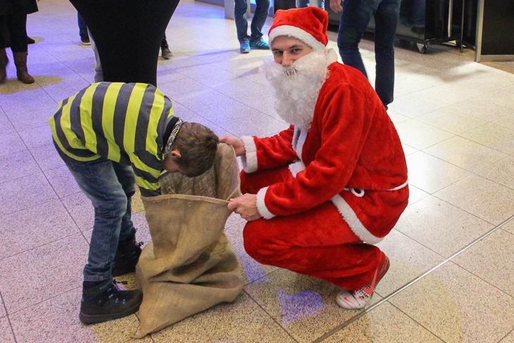 So kurz vor dem Fest hat natürlich auch der Weihnachtsmann vorbeigeschaut und die Kinder beschenkt. (Foto: Ralf Krönke)