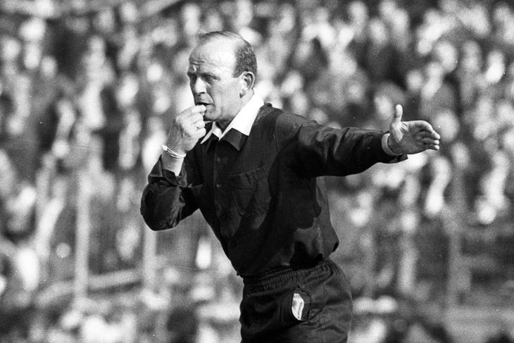 Herbert Lutz bei der Leitung des Bundesligaspieles TSV 1860 München gegen Borussia Mönchengladbach am 29. April 1967. (Foto: imago/WEREK)