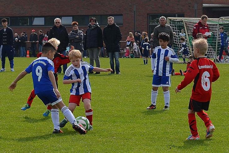 Die Kids der SVGO Bremen und des Blumenthaler SV käpfen um den Ball. (Foto: Christina Nordhold)