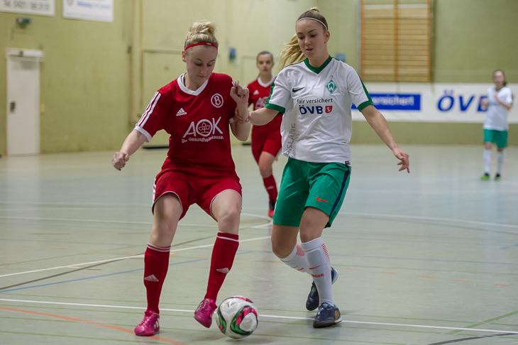 Buntentors Farina Meyer (l.) und Werders Sina Schlüter kämpfen im Halbfinale um den Ball.