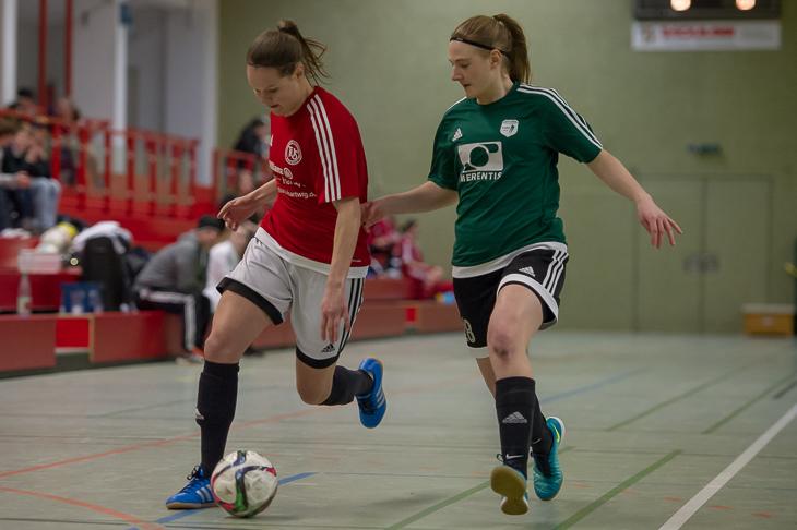Schwachhausens Kira Buller (l.) legt den Ball an Weyhes Lea Volkmer vorbei. (Fotos: Oliver Baumgart)