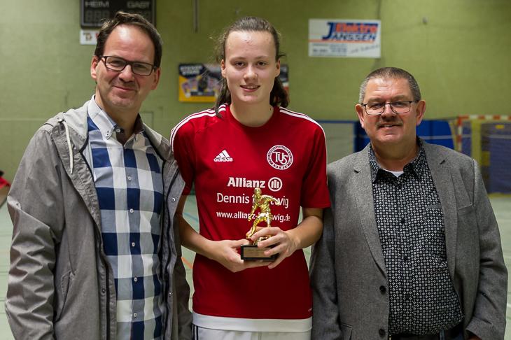 Fabienne Rake (m.) wurde von Fred Waldheim (l.) und Joachim Dietzel als beste Spielerin ausgezeichnet.