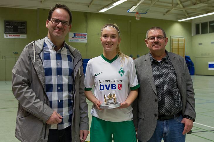 Mit vier Treffern sicherte sich Sina Schlüter (m.) die Torjägerkanone.