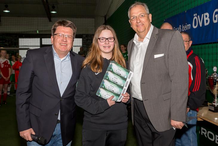 Die Kapitänin von OT Bremen (m.) freute sich über die Eintrittskarten, die Werder-Geschäftsführer und -Präsident Hubertus Hess-Grunewald (l.) und Dirk Wurzer aus dem Vorstand der ÖVB ihr für die Mannschaft überreichten.