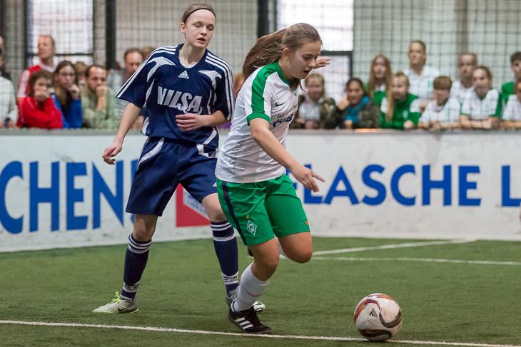 Spielszene aus dem Finale zwischen dem SV Werder Bremen (r.) und der Kreisauswahl Diepholz.