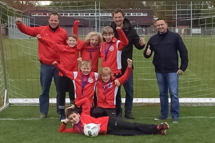 Der FC Union 60 gewann die Vorrunde in Bremen-Ost und konnte die Glückwünsche von Mario Hasselmann von der ÖVB (r.) entgegen nehmen.