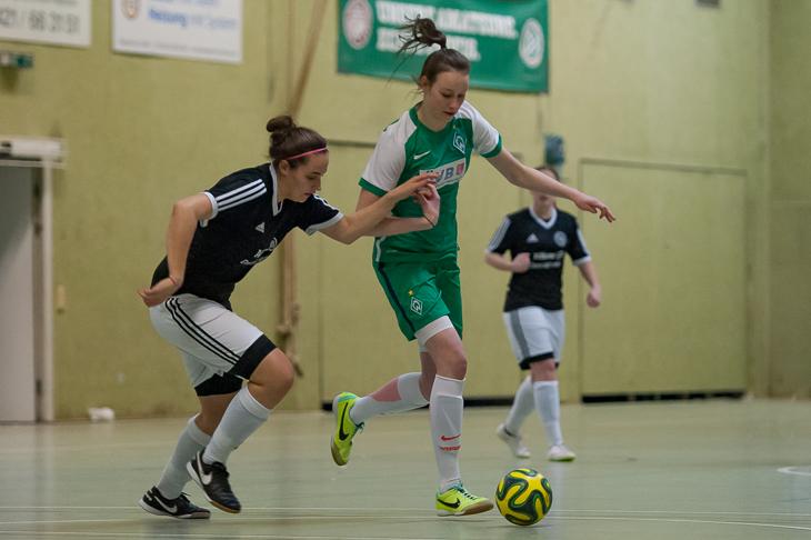 Werders Torschützin Julia Suderburg (r.) kämpft im Halbfinale mit Pia Höbrink vom TuS Schwachhausen um den Ball.