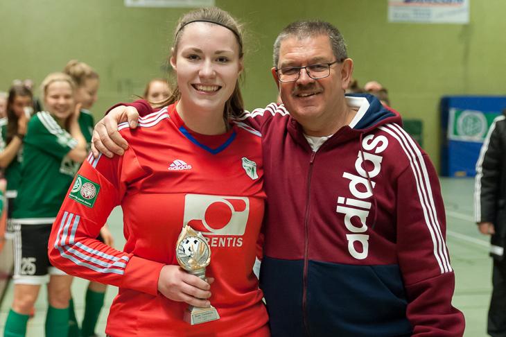 Laureen Ulbrich (l.) wurde von Joachim Dietzel, dem Vorsitzender Frauen- und Mädchenausschuss, erneut als beste Torhüterin ausgezeichnet.