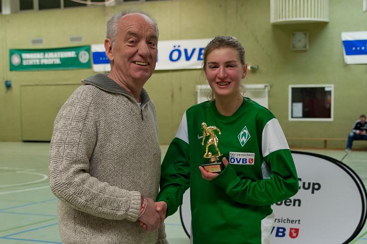 BFV-Vizepräsident Dieter Stumpe (l.) zeichnete Werders Loa Lieberum als beste Spielerin des Turniers aus.