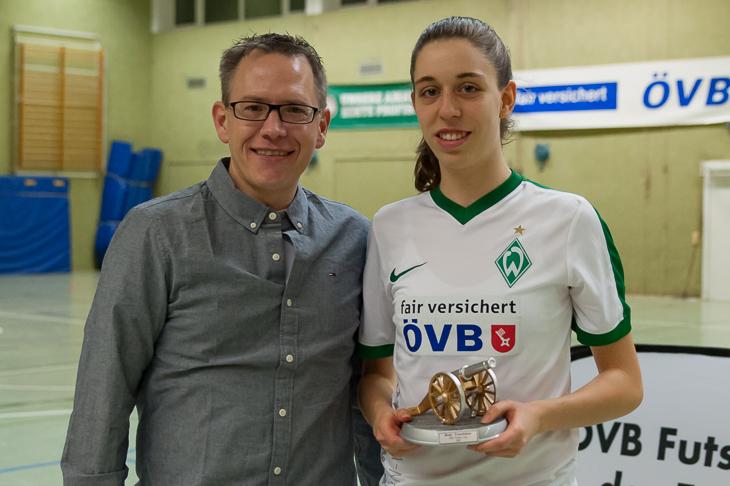 Stefan Ziegler (l.) von den Öffentlichen Versicherungen Bremen (ÖVB) überreichte Bianca Becker die Torjägerkanone.