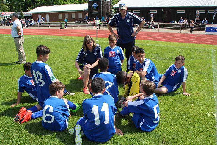 Die Mannschaft des FC Huchting nutzt eine Pause für eine Besprechung.