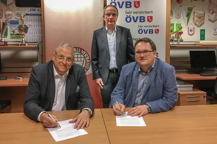 Dirk Wurzer und Björn Fecker (vorn, v.l.) bei der Vertragsunterzeichnung gemeinsam mit BFV-Schatzmeister Henry Bischoff. (Foto: BFV)