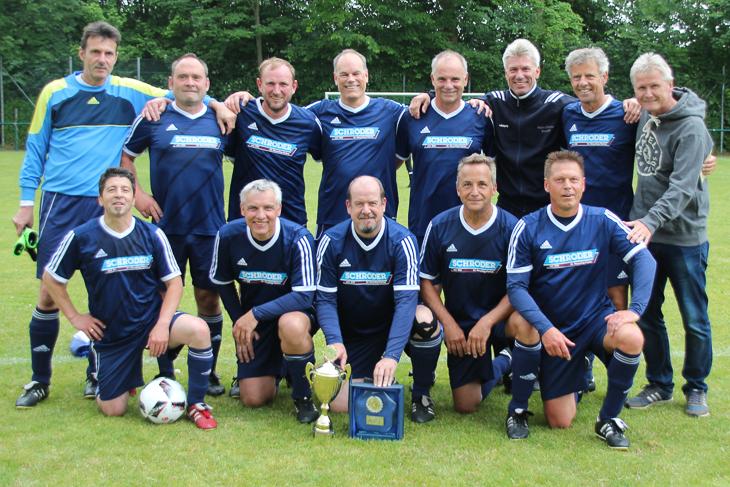 Die Ü 50-Senioren holten neben Satffelmsiterschaft und Pokal auch die Landesmeisterschaft. (Fotos: Ralf Krönke)