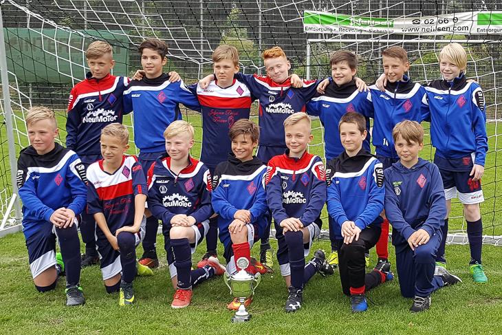 Die D2-Junioren des Blumenthaler SV präsentieren ihren Pokal.