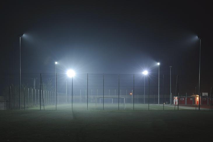 Unter Flutlicht kann künftig bis 22:00 Uhr gespielt und trainiert werden. (Foto: Pixabay)