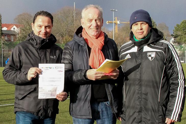 Holger Franz (l.) und Sabri Mrad (r.) freuten sich über den Sccheck, den BFV-Vizepräsident Dieter Stumpe dem Verein überbrachte. (Foto: Rike Füller)