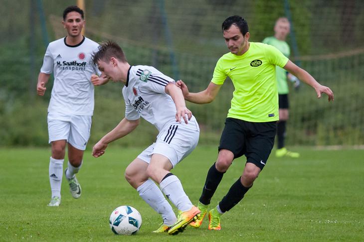 Nach dem LOTTO-Pokalduell am Dienstag stehen sich Schwachhausens Micha Paff (l.) und Vatans Francesko Mesuti am Sonntag auch in der Liga gegenüber. (Foto: Oliver Baumgart)