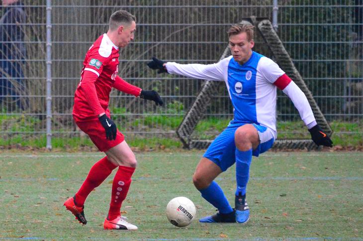 Sebastian Kurkiewicz vom Bremer SV (l.) im Duell mit Habenhausens Tom Jahnke. (Foto: Olaf Lücke)