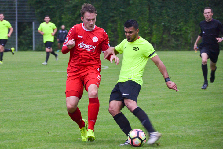 Timo Dressler vom FC Oberneuland im Zweikampf mit Vatans Kristal Elezi. (Foto: Olaf Lücke)