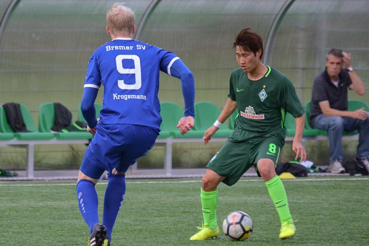 Werders Hyoungbin Park (r.) behauptete den Ball gegen Dominic Krogemann. (Foto: Olaf Lücke)