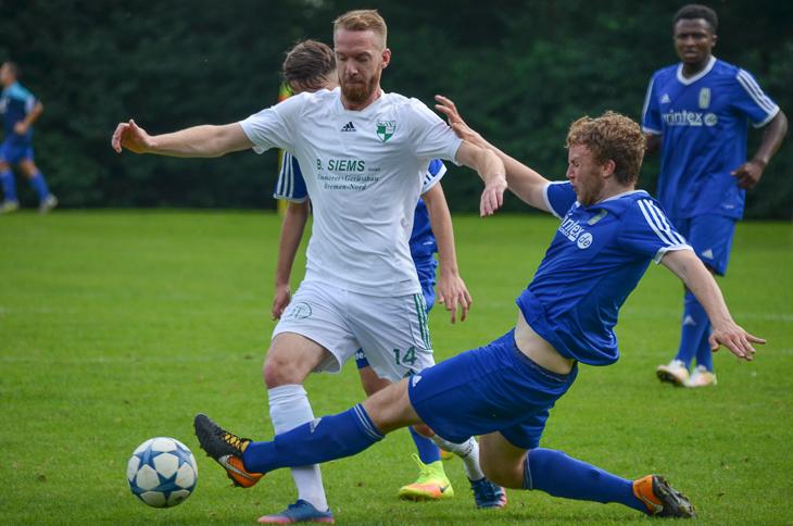 Vegesacks Jannis Kurkiewicz (l.) im Duell mit Steffen Egert vom VfL 07. (Foto: Olaf Lücke)
