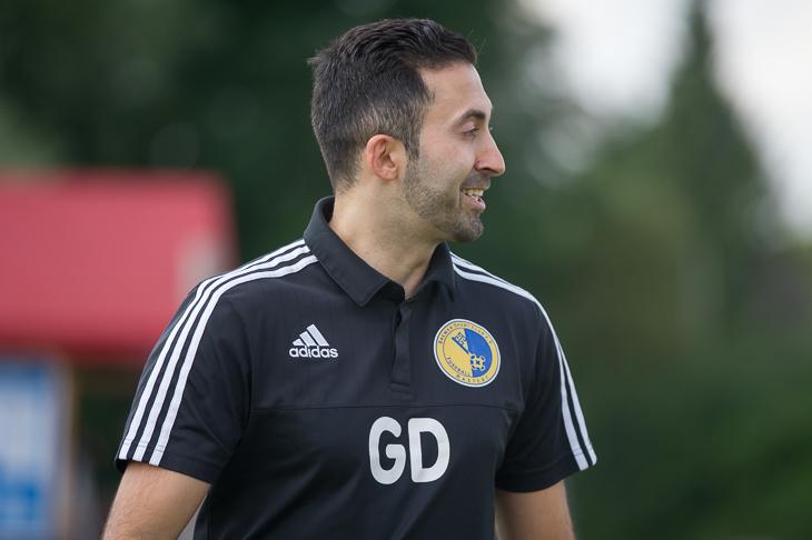 Hastedts Trainer Gökhan Deli hat gut Lachen. Im Derby beim SV Werder Bremen holte sein Team einen Punkt. (Foto: Oliver Baumgart)