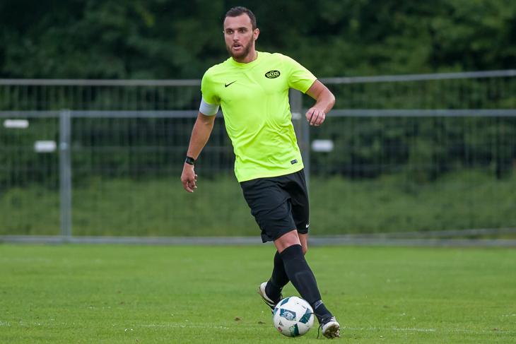 Vatan-Kapitän Emiljano Lundraxhiu musst sich mit seinem Team knapp dem Blumenthaler SV geschlagen geben. (Foto: Oliver Baumgart)