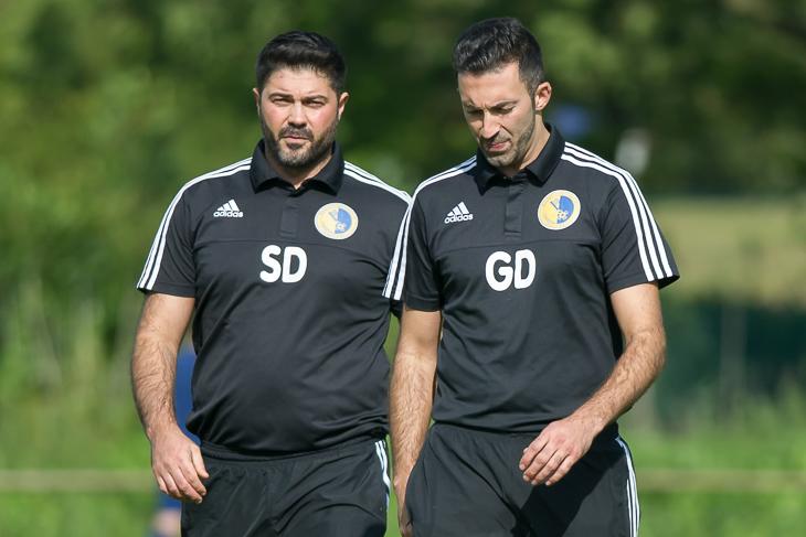 Samet und Gökhan Deli (v.l.) sitzen wieder auf der Trainerbank des BSC Hastedt. (Foto: Oliver Baumgart)