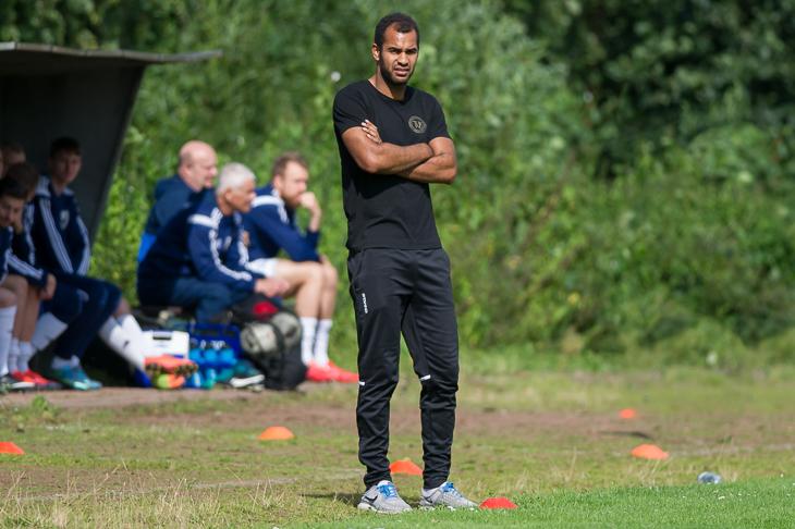 Schwachhausens Trainer Benjamin Eta rechnet sich beim Bremer SV durchaus Chancen aus. (Foto: Oliver Baumgart)