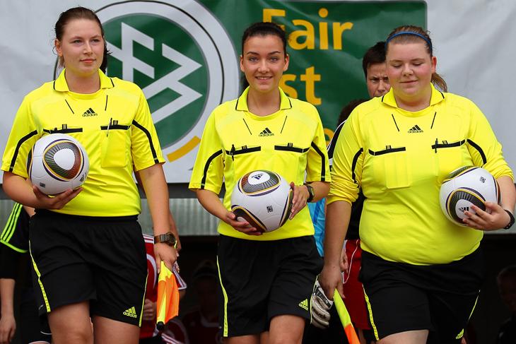 Die Schiedsrichterinnen für das LOTTO-Pokal Finale der Frauen: Sarah Dubiel (m.) mit ihren Assistentinnen Jennifer Rehnert (l.) und Julia Drücker. (Foto: dgphoto.de)