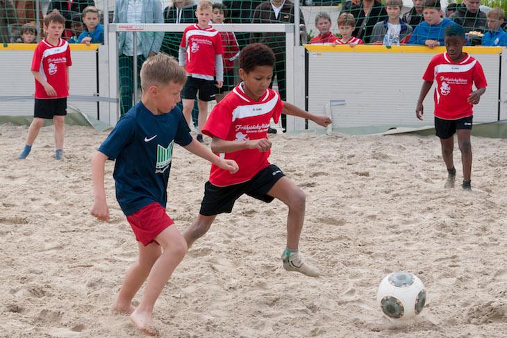 Schuhe aus und rein in den Sand. So geht am Wochenende wieder am Roland-Center zu. (Foto: Oliver Baumgart)