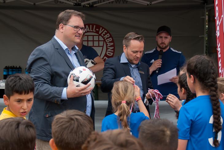 BFV Präsident Björn Fecker (l.) und Centermanager Frank Trompeter nahmen die Siegerehrung bei den Schulen vor.