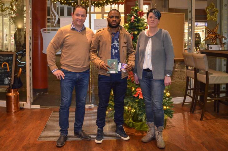 Manuel Dombaxi (m.) von der SG Aumund-Vegesack wurde von Holger Franz (l.) und Angela Lange-Bullmahn, der 2. Abteilungsleiterin der SAV, besucht. (Foto: Melek Changi)