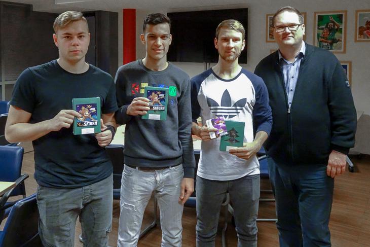 Mit Nick Zander, Elmehdi Faouzi und André Waldau erwischte es gleich drei Kicker des Bremer SV, den Björn Fecker Trost spenden musste. (Foto: privat)