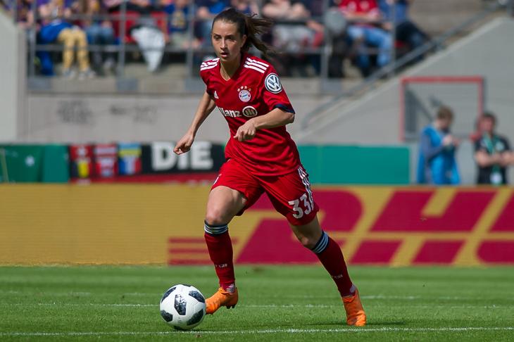 Einmal in der Bundesliga spielen, wie hier Nationalspielerin Sara Däbritz vom FC Bayern München, das ist der Traum vieler fußballbegeisterter Mädchen. Der erste Schritt dazu kann am Tag des Mädchenfußball gemacht werden. (Foto: Oliver Baumgart)
