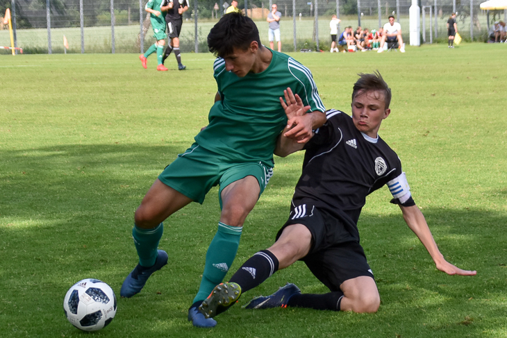 Voller Einsatz bei BFV-Kapitän Niklas Tepe (r.) im Spiel gegen Westfalen. (Foto: FLVW)