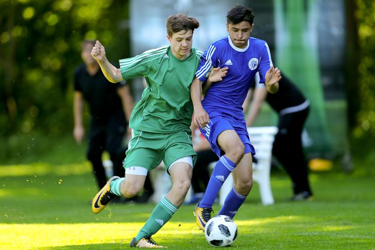 Emilio Salihi (r.) behauptet im Spiel gegen den Niederrhein den Ball.